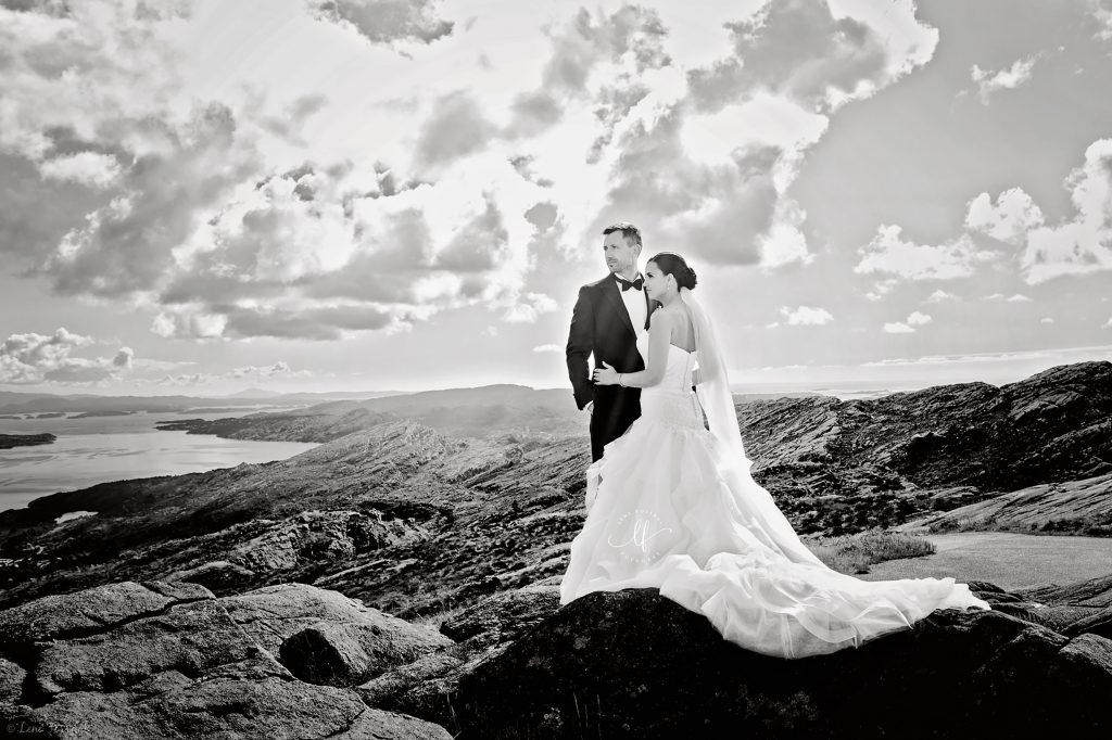 Et brudepar på toppen av et fjell. Passer inn på siden om bryllupspakker og priser.