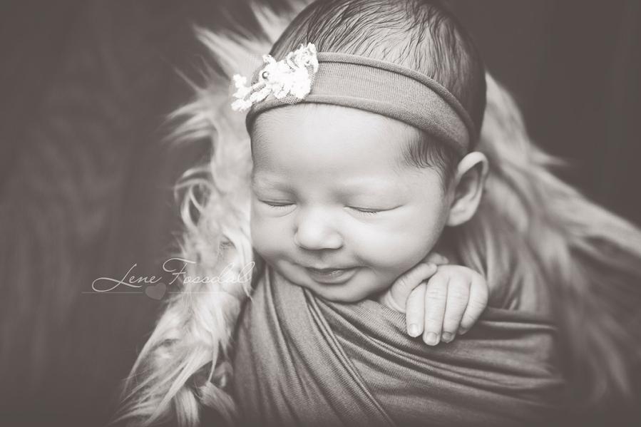 Close-up der en av modellbabyene smiler.