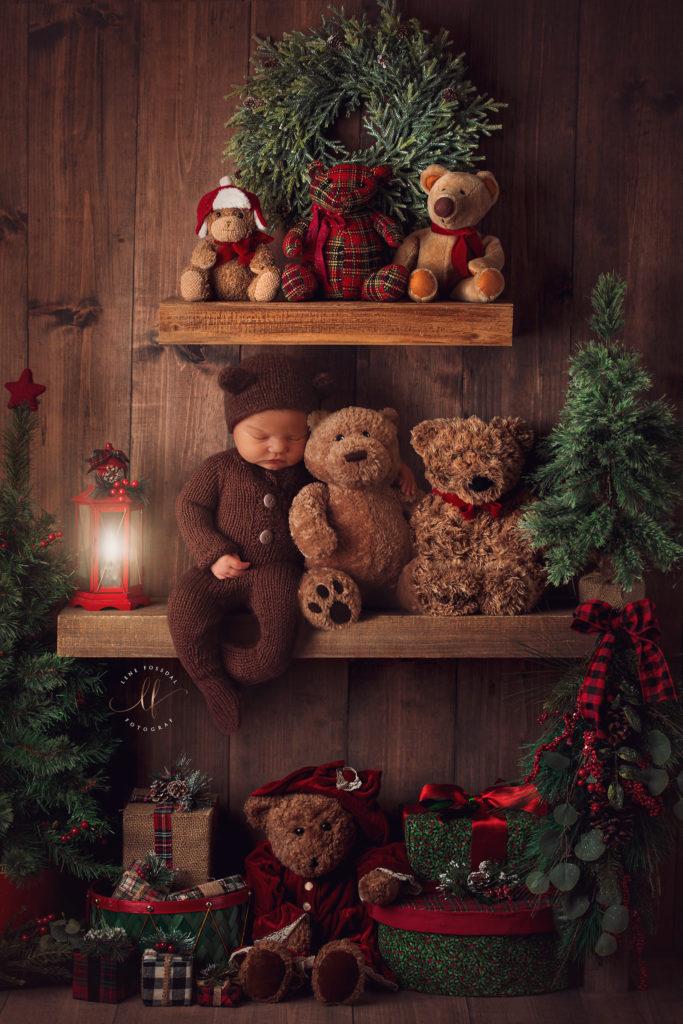 Det ferdige bildet. En baby som sitter på en hylle med masse bamser, og julepynt rundt. Dette er ikke et ekte bilde, men et sammensatt.